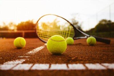 Canvastavlor Tennisbollar med racket på grus