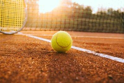 Canvastavlor Tennisracket och boll på en lera domstol