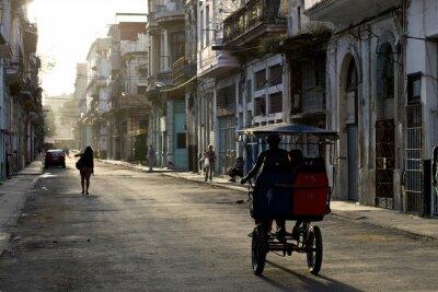 Canvastavlor Tidigt på morgonen på gatorna i Havanna Vieja