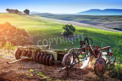Canvastavlor Toscana landskap vid soluppgången. Retro, gamla jordbruksmaskiner på toskanska kullar. Italien