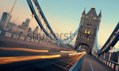 Canvastavlor Tower Bridge och trafik på morgonen i London.