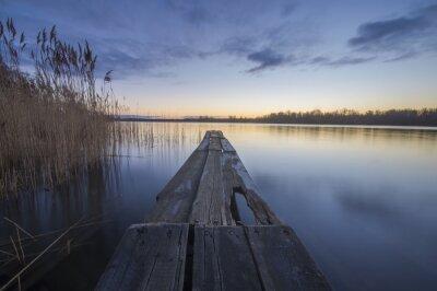 Canvastavlor träbro över en flod på morgonen