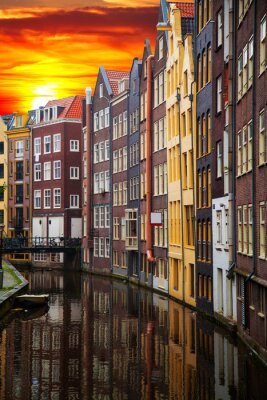 Canvastavlor Traditionella gamla byggnader i Amsterdam