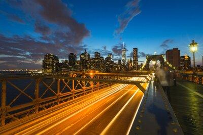 Canvastavlor Trafiken på Brooklyn Bridge i New York i skymningen