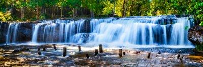 Canvastavlor Tropisk vattenfall i djungeln med rörelseoskärpa