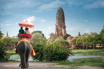 Canvastavlor Turister på en elefant ride rundtur i den antika staden Ayutaya, thailand