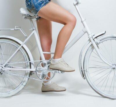 Canvastavlor Ung flicka som rider en vit tappning cykel