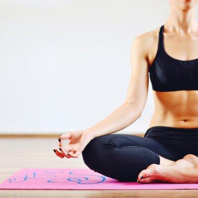 Canvastavlor Ung kvinna gör yoga inomhus - kroppsdel