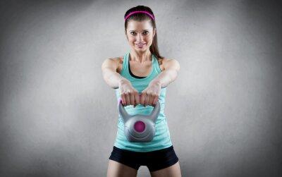 Canvastavlor Ung kvinna kettlebell träning