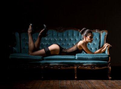 Canvastavlor Ung och sexig kvinna i underkläder på en årgång soffa