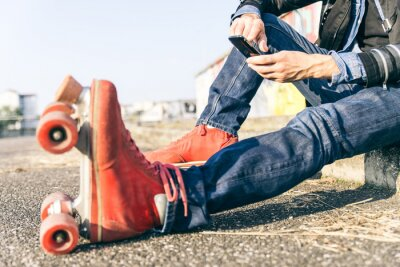 Canvastavlor Ung skater pojke med smart telefon