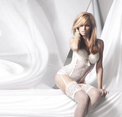 Canvastavlor Unga och sexig rödhårig kvinna i vita underkläder