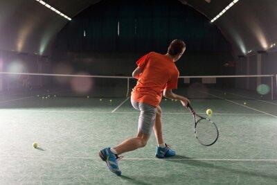 Canvastavlor Unga tennisspelare sparkar bal