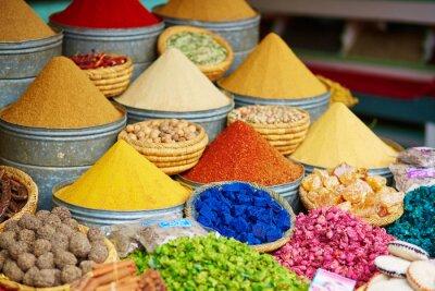 Canvastavlor Urval av kryddor på en marockansk marknad