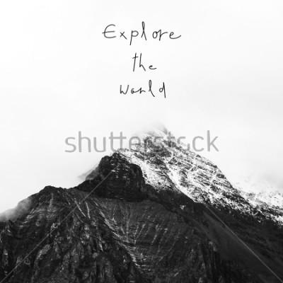 Canvastavlor Utforska världen. Inspirerande citat på snöberg i Yading National Reserve, Daocheng County, Sichuan-provinserna, Kina.