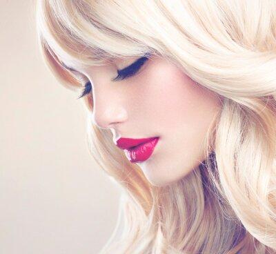 Canvastavlor Vacker blond flicka med friska långt vågigt hår. Vitt hår