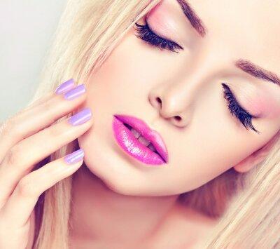 Canvastavlor Vacker blond flicka med lila makeup