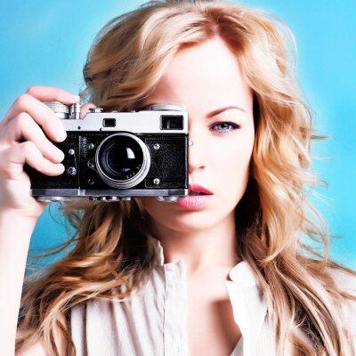 Canvastavlor vacker blond fotograf kvinna retro kamera