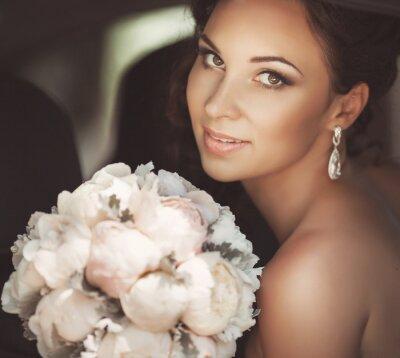 Canvastavlor Vacker brud i bröllopsdag i brudklänning. nygift kvinna