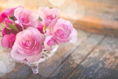 Canvastavlor Vacker bukett rosa blommor på gamla ridit trä