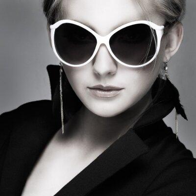 Canvastavlor vacker flicka är i mode stil på grå bakgrund, glamour