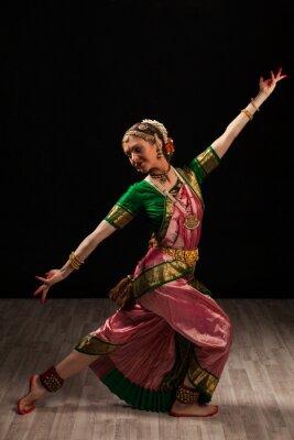 Canvastavlor Vacker flicka dansare av indisk klassisk dans Bharatanatyam