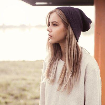 Canvastavlor vacker flicka hipster på morgonen på stranden