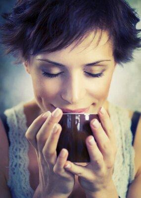 Canvastavlor Vacker flicka med kopp kaffe
