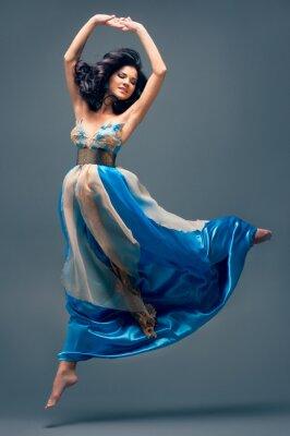 Canvastavlor vacker flicka som svävar i luften, blå sidenklänning