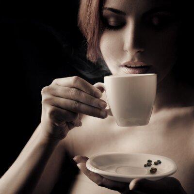 Canvastavlor Vacker kvinna dricker kaffe. Utrymme för text
