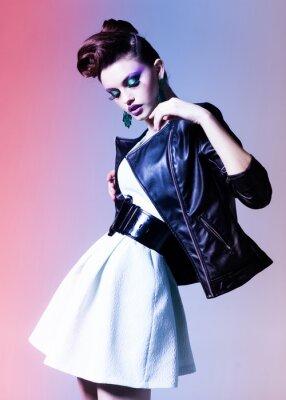 Canvastavlor vacker kvinna klädd elegant punk poserar dramatisk