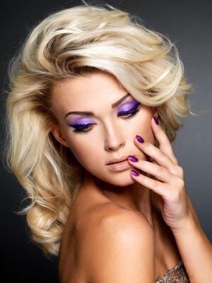 Canvastavlor Vacker kvinna med skönhet lila manikyr och makeup ögon.