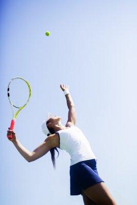 Canvastavlor Vacker kvinnlig tennisspelare servering