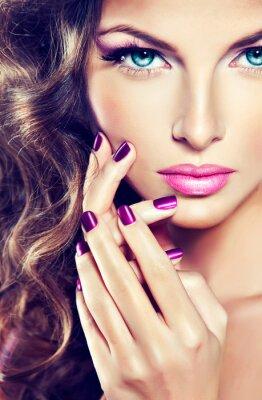 Canvastavlor vacker modell med lockigt hår och lila manikyr