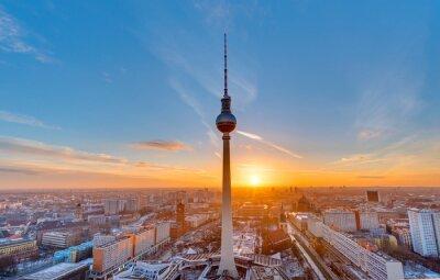 Canvastavlor Vacker solnedgång med TV-tornet vid Alexanderplatz i Berlin