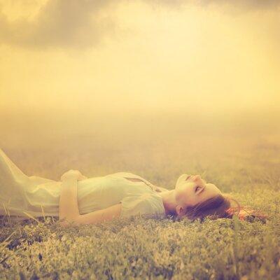 Canvastavlor vacker ung flicka drömmer om att ligga på en magisk äng på våren