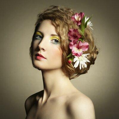 Canvastavlor Vacker ung kvinna med delikat blommor i håret