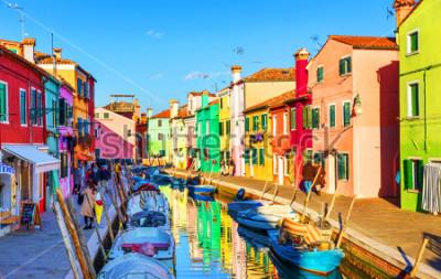 Canvastavlor Vacker utsikt över Burano kanaler med båtar och vackra, färgglada byggnader. Burano by är känd för sina färgglada hus. Venedig, Italien.