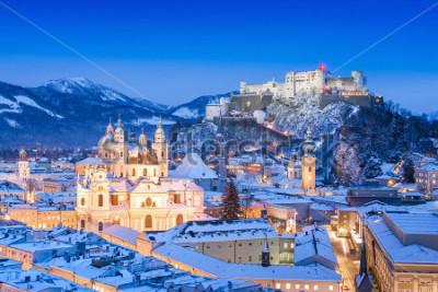 Canvastavlor Vacker utsikt över Salzburgs historiska centrum med fästning Hohensalzburg på vintern, Salzburger Land, Österrike