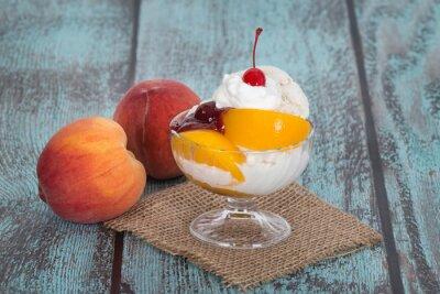 Canvastavlor Vanilj peach melba glass med persika frukt på trä vintag