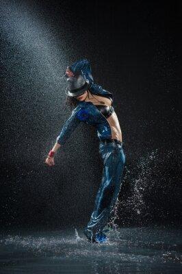 Canvastavlor Våt dansande kvinna. Enligt waterdrops. studio foto