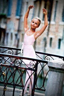 Canvastavlor Venedig, Italien - härlig ballerina på bryggan i Venedig