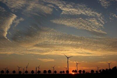 Canvastavlor Vindpark im Aufbau bei Sonnen mit Cirrocumuluswolken
