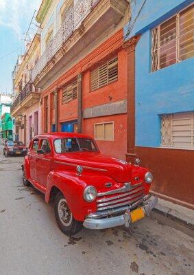 Canvastavlor Vintage röd bil på gatan i gamla staden, Havanna, Kuba
