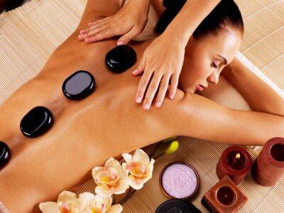 Canvastavlor Vuxen kvinna med hot stone massage i spa salong