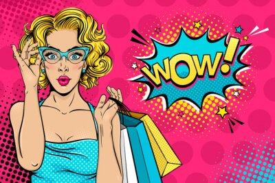 Canvastavlor Wow kvinnligt ansikte. Sexig förvånad ung kvinna i glasögon med öppen mun och blont lockigt hår som håller påsar och Wow! pratbubbla. Vektor ljus bakgrund i popkonst retro komisk stil.