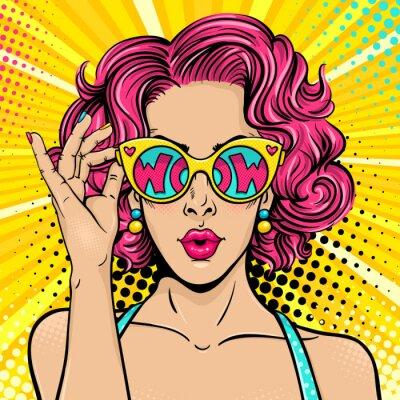 Canvastavlor Wow pop art ansikte. Sexig förvånad kvinna med rosa lockigt hår och öppen munhållande solglasögon i handen med inskription wow i reflektion. Vektor färgglad bakgrund i popkonst retro komisk stil.