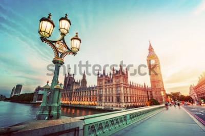 Canvastavlor Big Ben sett från Westminster Bridge, London, Storbritannien. vid solnedgången. Retro gatlampa ljus. Årgång