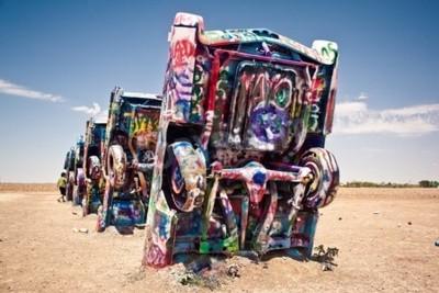 Fototapet Amarillo, Texas - 10 juli: Kända konstinstallation av de gamla Cadillac bilar den 10 juli 2011 kl Cadillac Ranch nära Amarillo, Texas. Det skapades 1974 av Chip Herre, Hudson Marquez och Doug Michel