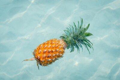 Fototapet Ananas i vattnet på solig strand